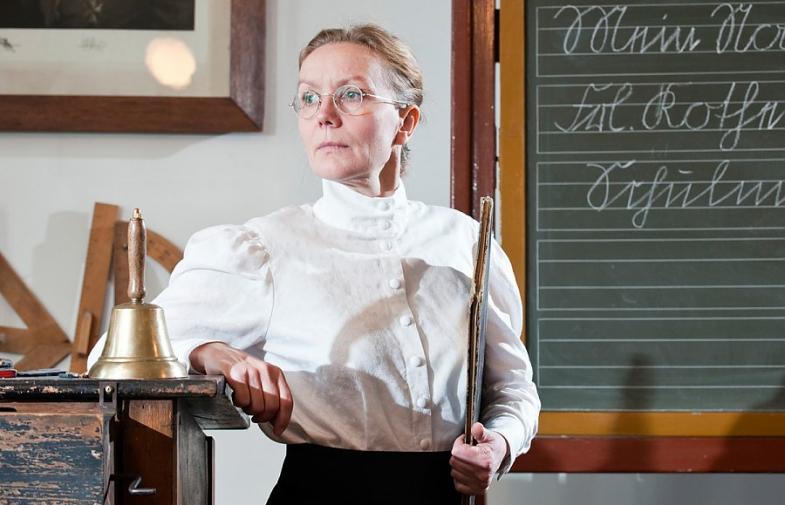 Fräulein Wilhelmine Schmitz ist Lehrerin an der Höheren Töchterschule und weiß genau was sich schickt anno 1900.   Sie achtet auf gutes Benehmen,...