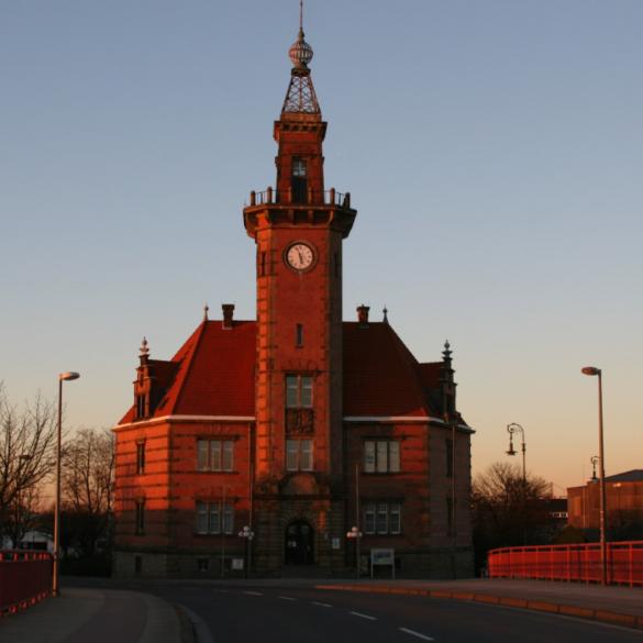 Schon von Ferne, heißt das 'Schmuckkästchen' des Hafens, das Alte Hafenamt, alle Gäste der Stadt willkommen. Vor über 100 Jahren wurde es als...