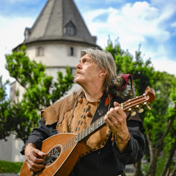Spielleute, Gauner und Tavernen - Eine musikalische Reise -  Der Barde Georg von Rabenstein und sein Begleiter Würzel ziehen durch die Lande und bleiben wo es ihnen gefällt. Hier und da fällt in den...
