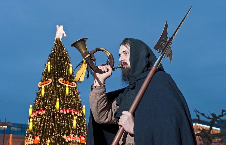 Der große Weihnachtsmann, oben auf der Katharinentreppe, heißt alle Besucher der Stadt, mit dem größten Weihnachtsbaum der Welt, willkommen....